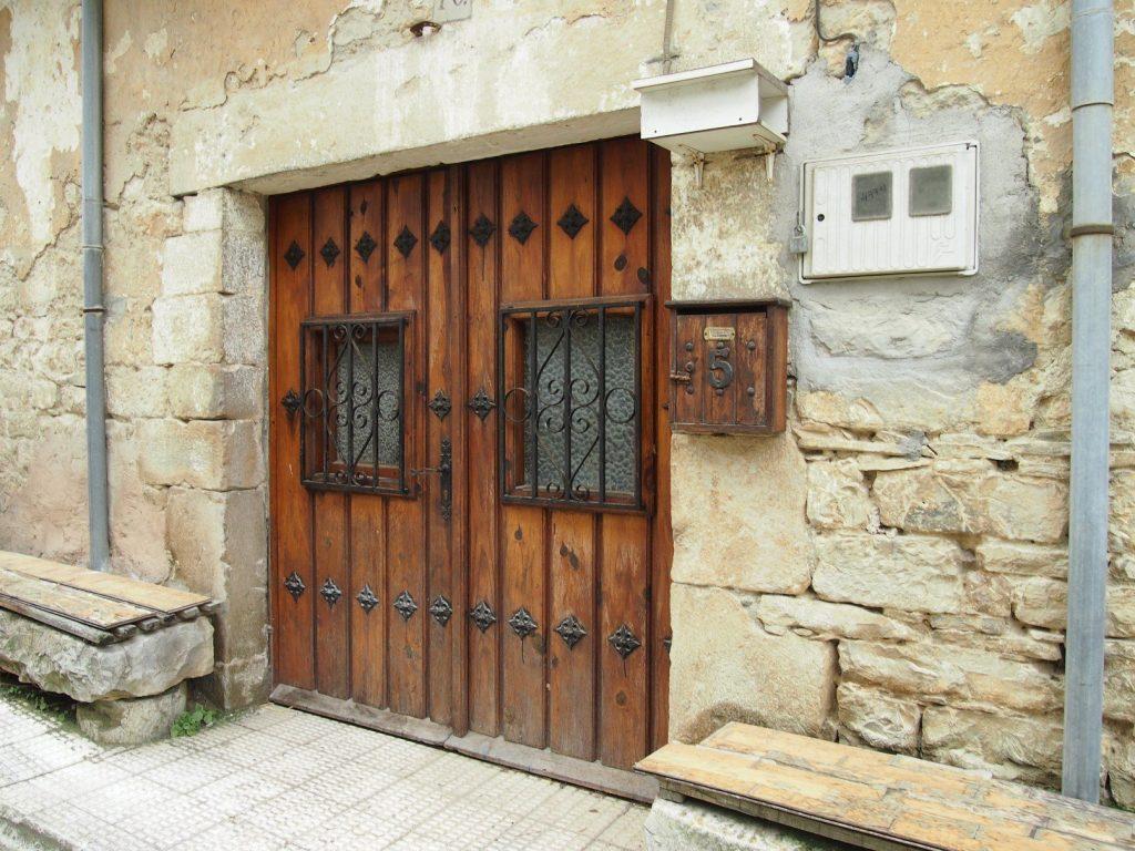 rustikale Tür entlang des Jakobsweges in Spanien